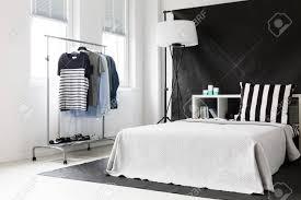 Schwarz Weiß Schlafzimmer In Asketischen Stil Mit Fenster