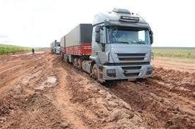 Resultado de imagem para caminhões atolados n o cerrado do piaui