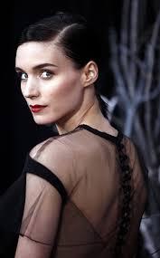 ... escoger en favor de su silueta vestidos sencillos –preferiblemente en negro– para realzar su blanca tez. Foto: © Cordon Press. Texto: Vicente Benavent. - glamour_hoy_932743723_562x908