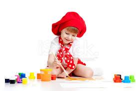 pincel pintando. niño pequeño artista pintando con pincel i