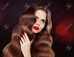 健康な髪赤い唇 マニキュアウェーブのかかった髪光沢のある茶色