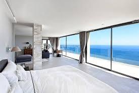qu elles soient de style provençal ou contemporain il est possible de trouver d incroyables villas de luxe à louer avec airbnb sur la côte d azur