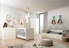 Nesta decoração de quarto de bebê mais ousada em amarelo, o papel de parede vai para o teto com um desenho de flores em branco. Quarto De Bebe Menino 50 Ideias Lindas Para Voce Dicas Decor