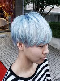 黒髪から一気にホワイトブリーチカラーは水色のグラデーション
