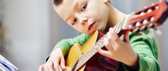 Resultado de imagem para foto criança tocando violão