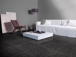 Acolhedor, do que uma combinação de piso escuro e paredes claras para a sala de estar, é difícil pensar nisso. 10 Opcoes De Cores De Piso Para Transformar A Sua Casa Blog Pointer Revestimentos Ceramicos