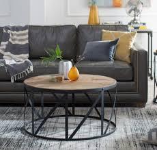 Table basse industrielle pour un salon conçu suivant les tendances 2018