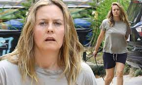 Alicia silverstone is soaking up some quality time with her son during quarantine. Alicia Silverstone Is Makeup Free And Stunning As She Walks Her Dog In The Hollywood Hills Daily Mail Online