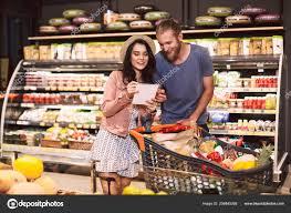 Lista De Compras Para El Supermercado Joven Pareja Con Carro Lleno Productos Leyendo Lista Compras Pasando