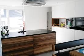 Moderne Küche mit Mittelblock in Nussbaum & weißen Hochschränken