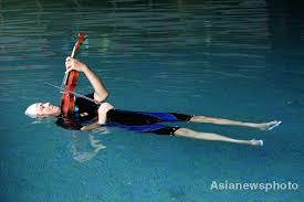 floating violinist