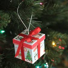 cute idea! easy DIY Christmas tree ornament that's a gift box - perfect for  gift
