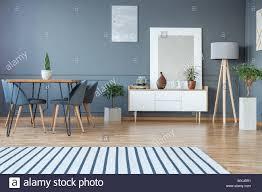 Moderne Esszimmer Innenraum Mit Einem Gestreiften Teppich