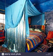 Türkis Und Satin Vorhänge Am Baldachin über Dem Bett Mit Bunten