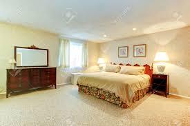 Helles Schlafzimmer Mit Weichem Teppichboden Beige Tapeten Zimmer