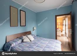 Blaues Schlafzimmer Mit Bildern An Der Wand Stockfoto Zveiger