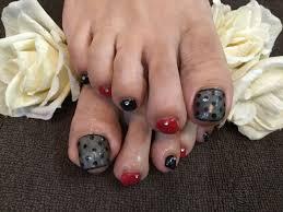 赤 黒 ネイル 足