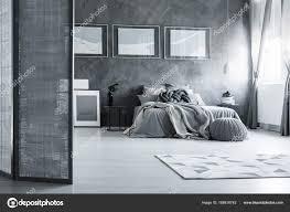 Graue Schlafzimmer Mit Bildschirm Stockfoto Photographeeeu