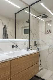 Das Master Badezimmer Ist Verkleidet Mit Schwarzen Marmorfliesen Und
