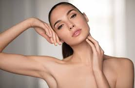 israeli actress gal gadot isn t so good at putting on her own makeup