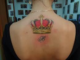 татуировка на спине у девушки корона фото рисунки эскизы