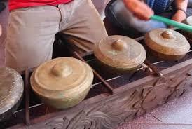 Talempong memiliki bentuk yang hampir sama dengan bonang dalam perangkat gamelan di pulau jawa. 50 Nama Alat Musik Tradisional Indonesia Gambar Cara Memainkan