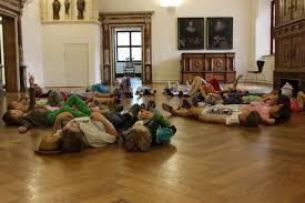 Das kind sitzt der mutter. Schule Museum Kinder Liegen Auf Dem Boden Des Kiechelsaals Museum Ulm