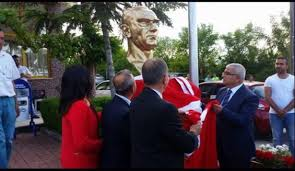 Atatürk büstü için para topladılar