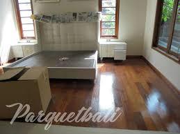 Secara jenis Lantai kayu memiliki 3 jenis yang berbeda satu sama lain  jenis tersebut ialah Lantai Kayu Solid Lantai Kayu Laminated dan Lantai  Kayu Vinyl