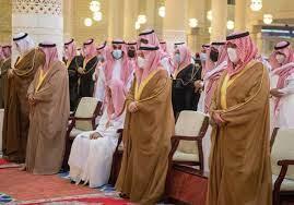 أمير الرياض يؤدي صلاة الميت على الأميرة نوف بنت خالد - اخبار عاجلة