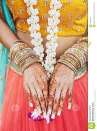 индийская невеста показывая татуировку хны Menhdi в наличии с пуком