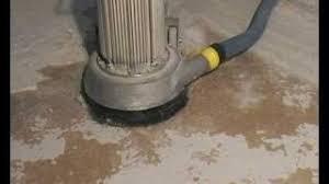 Es wird gezeigt, wie man teppichreste bzw. Teppichkleber Vom Estrich Entfernen Leicht Gemacht