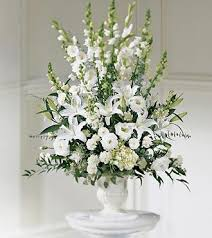 Flowers for a wedding ceremony in Montreal. Order a white flower arrangement  to decorate the church, a synagogue or a temple in Montreal.