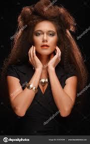 Elegantní Dáma S Elegantní Dlouhý účes Zářivé Tvoří A černé šaty