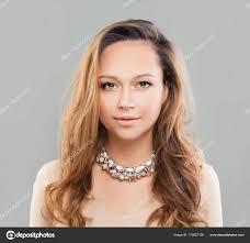 Mode Parfait Modèle Femme Avec Une Coiffure Ondulée Et