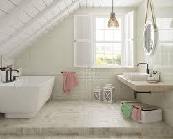 Helles Badezimmer Im Dachgeschoss Mit Einer Strukturellen Wand Und