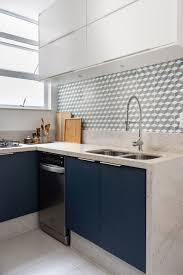 revestimento para cozinha com azulejo azul. Decor Do Dia Cozinha Tem Marcenaria Azul E Ladrilho Hidraulico Geometrico Casa Vogue Decor Do Dia