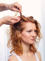 žena In šmrncovní A Stylový účes Pro ženy S Kratšími Vlasy