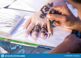художник прививая временное искусство татуировки Mehendi хны на