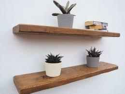 Já que você está a procura de prateleira madeira e ferro, entenda que no geral esta solução pode ser resumida em prateleiras de ferro com madeira. Prateleira Madeira Rustica Com Suportes Invisiveis 1m X25cm Vanessa Top