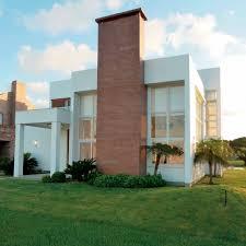 Sua cor e textura deixam as fachadas menos 'frias' al. Arquitetura Com Revestimento Porcelanato Madeira