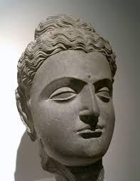 photo d une statue de la tête de bouddha musée du louvre