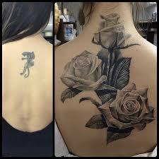 татуировки розы в стиле реализм черно серая спина каталог тату