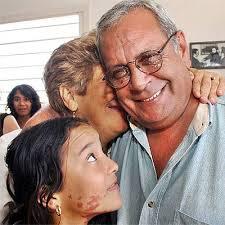 Blanca Reyes abraza a su marido, Raúl Rivero, en la casa de ambos. - 1101855601_740215_0000000000_noticia_normal