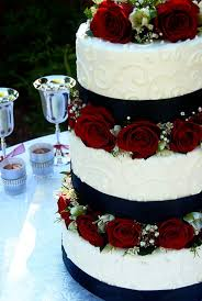 Black And White With Red Roses This Would Be A Wedding Cake Id