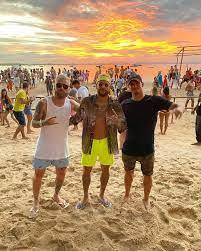 Neymar posa com Gabriel Medina e Lucas Lima em dia de praia - Quem