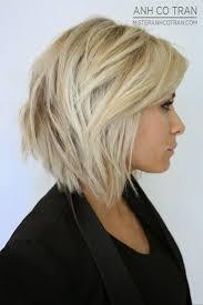 Blonde Mittellange Haare Wo Die Leute Sich Auf Der Stra E Nach