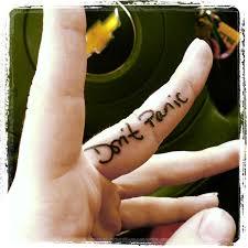 татуировки с надписями не паникуй Dont Panic