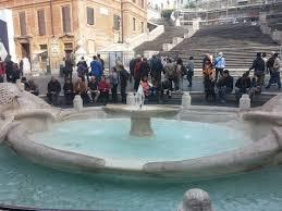 Schöner mittelpunkt der piazza di spagna ist die barocke fontana della barcaccia (brunnen der barkasse). Bild Brunnen Vor Der Spanischen Treppe Zu Piazza Di Spagna Spanische Treppe In Rom