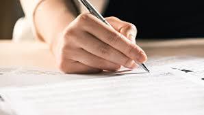 Глава ВАК назвал рейтинг вузов по качеству диссертаций  Мужчина подписывает документы Архивное фото